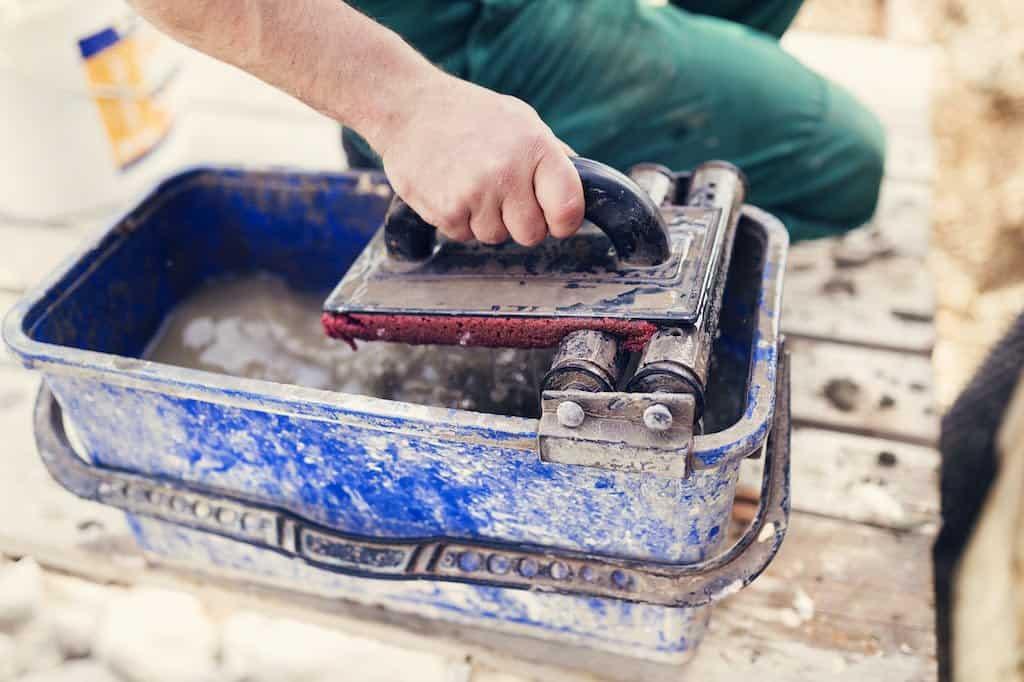 filtsebræt og spand til pudning af hus
