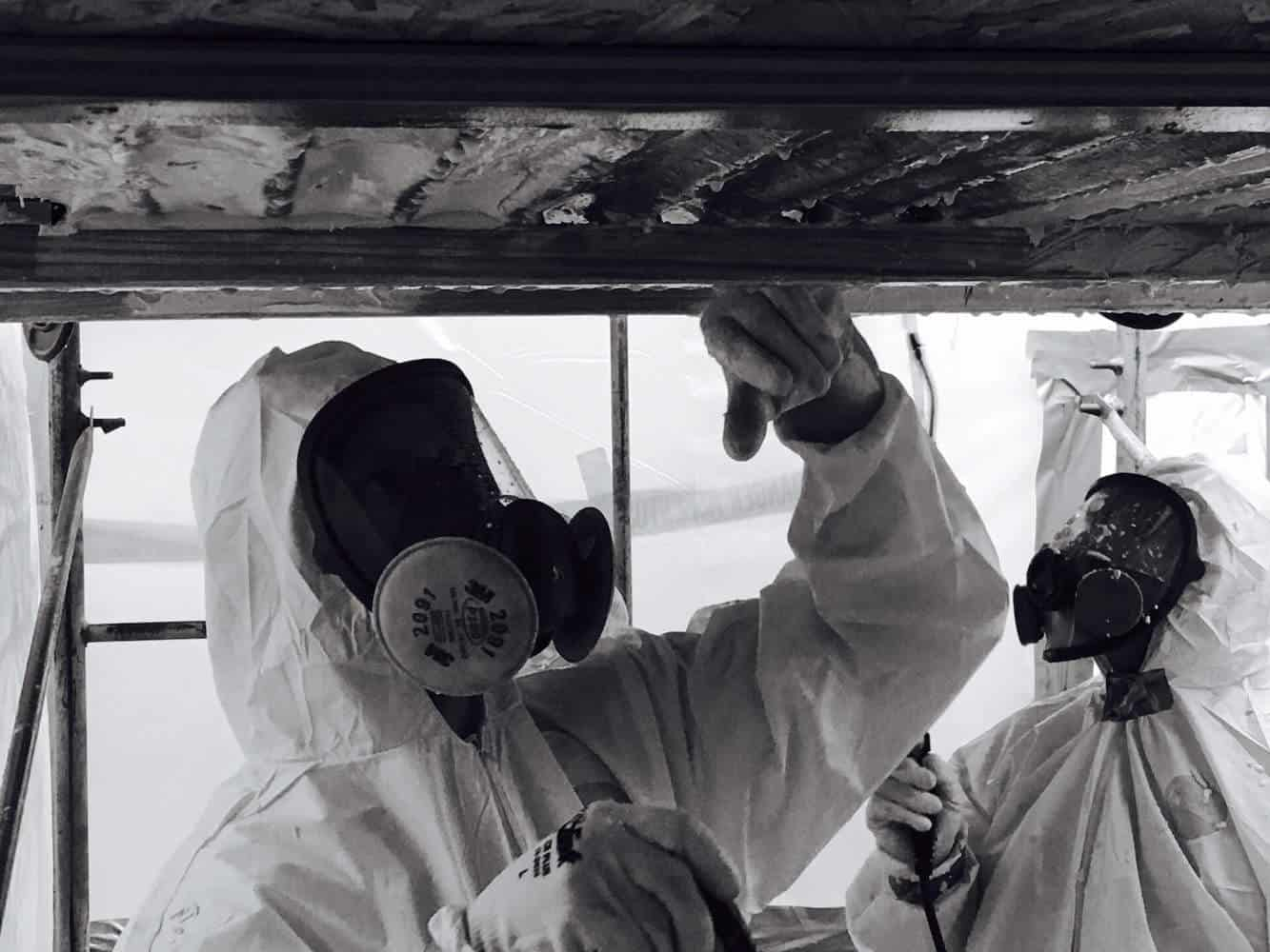 Håndværkere fjerner asbest i tag
