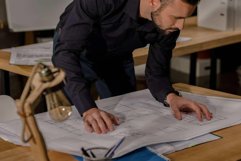 Arkitekt kigger på projekt