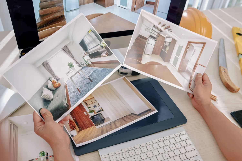 indretningsarkitekt med billeder i hånden