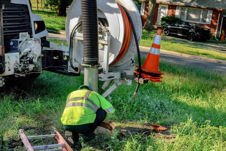 kloakfirma udføre en rutine kloakservice