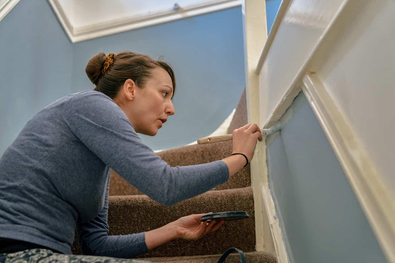 kvinde maler en trappe blå
