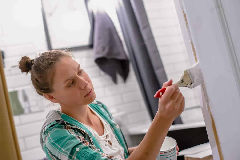 kvinde maler vådrum