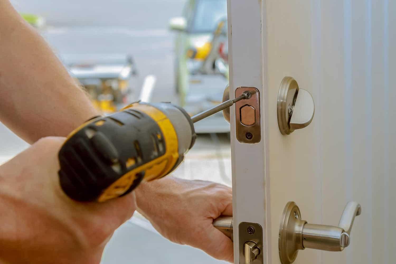 låsesmed reparere en lås