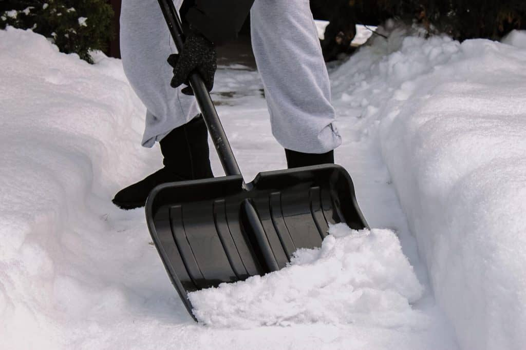 rydning af sne med sneskovl