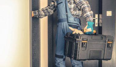 Håndværker sætter op til blower door test