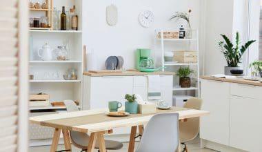 Montage af køkken med gulv af træ