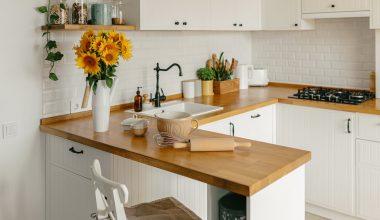 Køkken med træbordplade