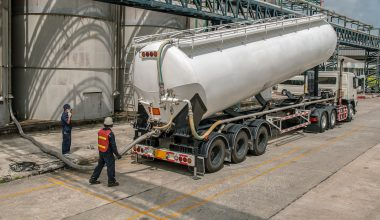Lastbil aflæsser fyringsolie