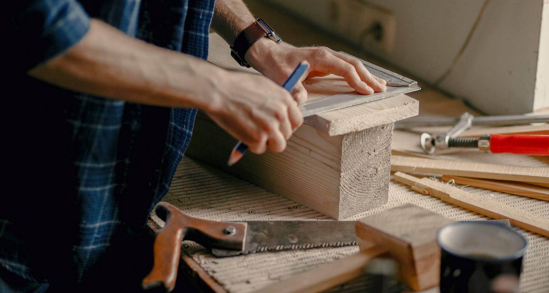 Mand arbejder i træværksted